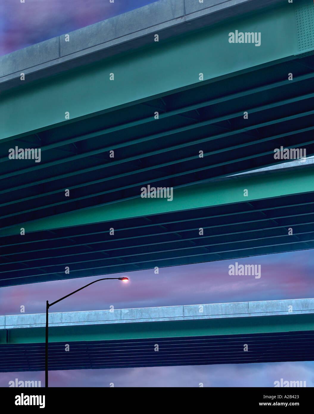 Leichte Post Lampe & Autobahnen Überführung Stockbild
