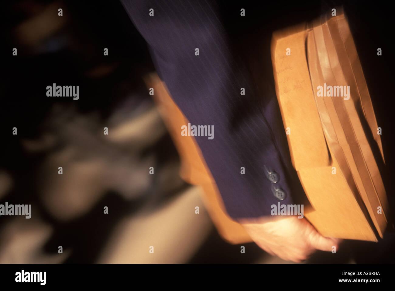 USA New York City Geschäftsmann mit schweren Ordner gefüllt mit Papiere unter dem Arm Stockbild