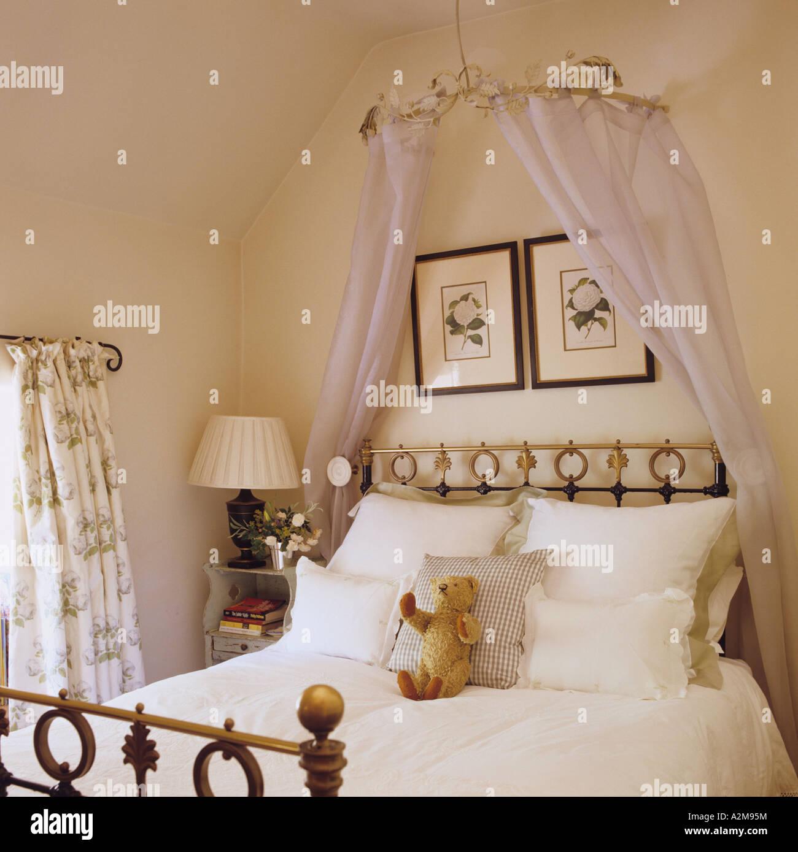 Teddybär auf Doppelbett mit Krönchen Stockbild
