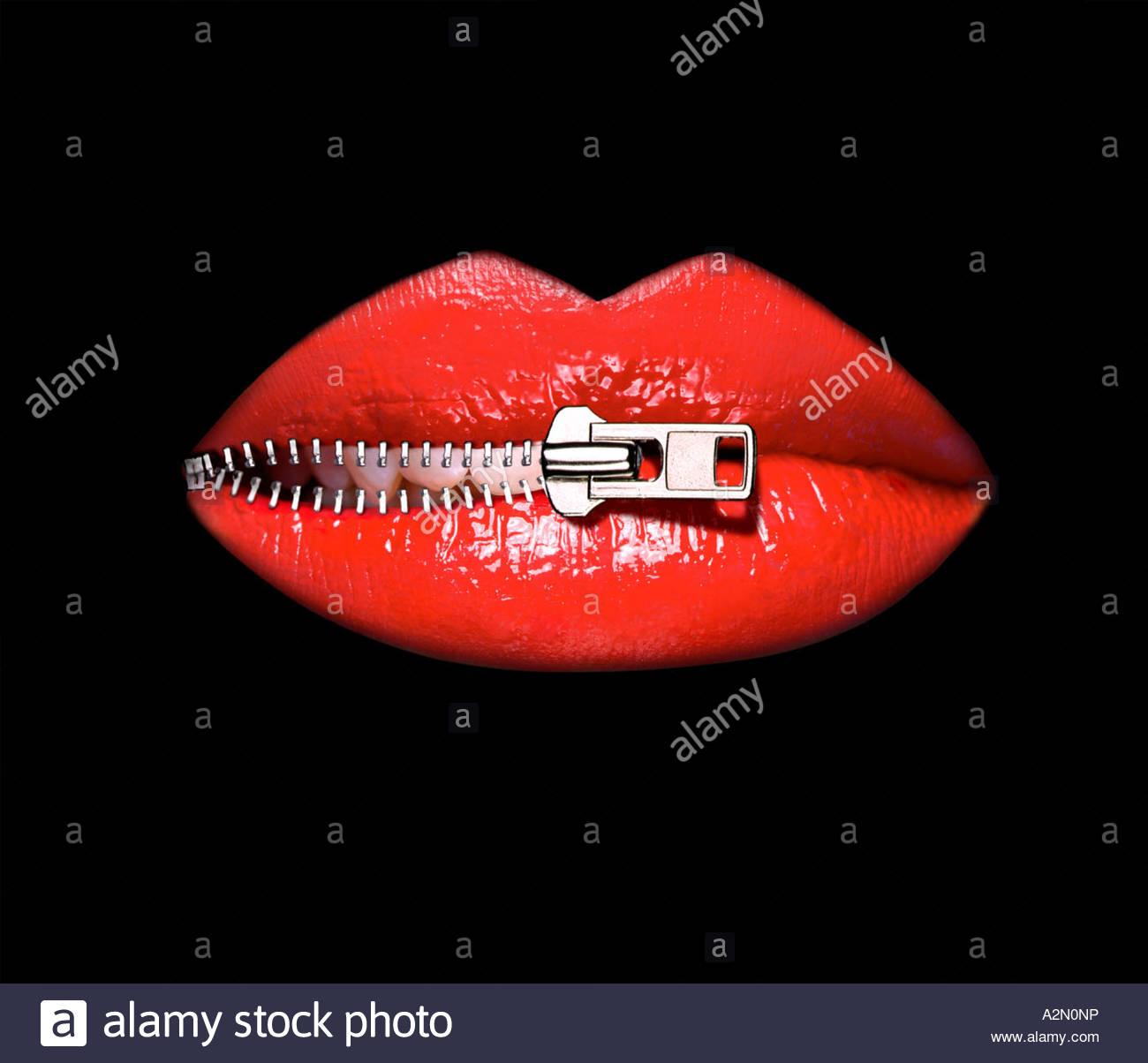 Grafik eines Weibes Lippen wird entpackt. Close-up Ausschnitt auf schwarzem Hintergrund Stockfoto