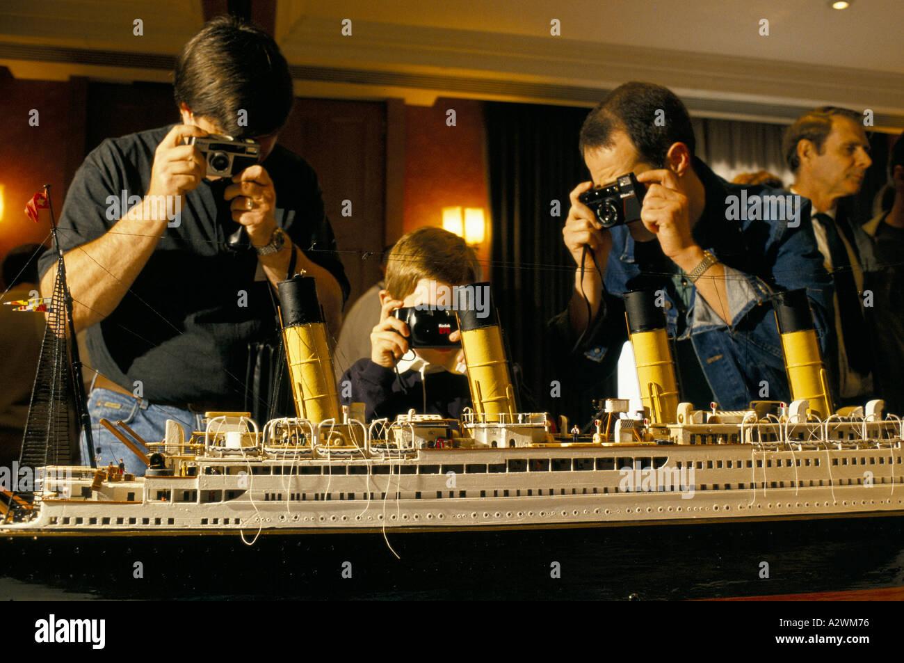 Enthusiasten, jung und alt, eine komplizierteste Modell der Titanic auf Ausstellung in einer Titanic-Überlebende Stockbild