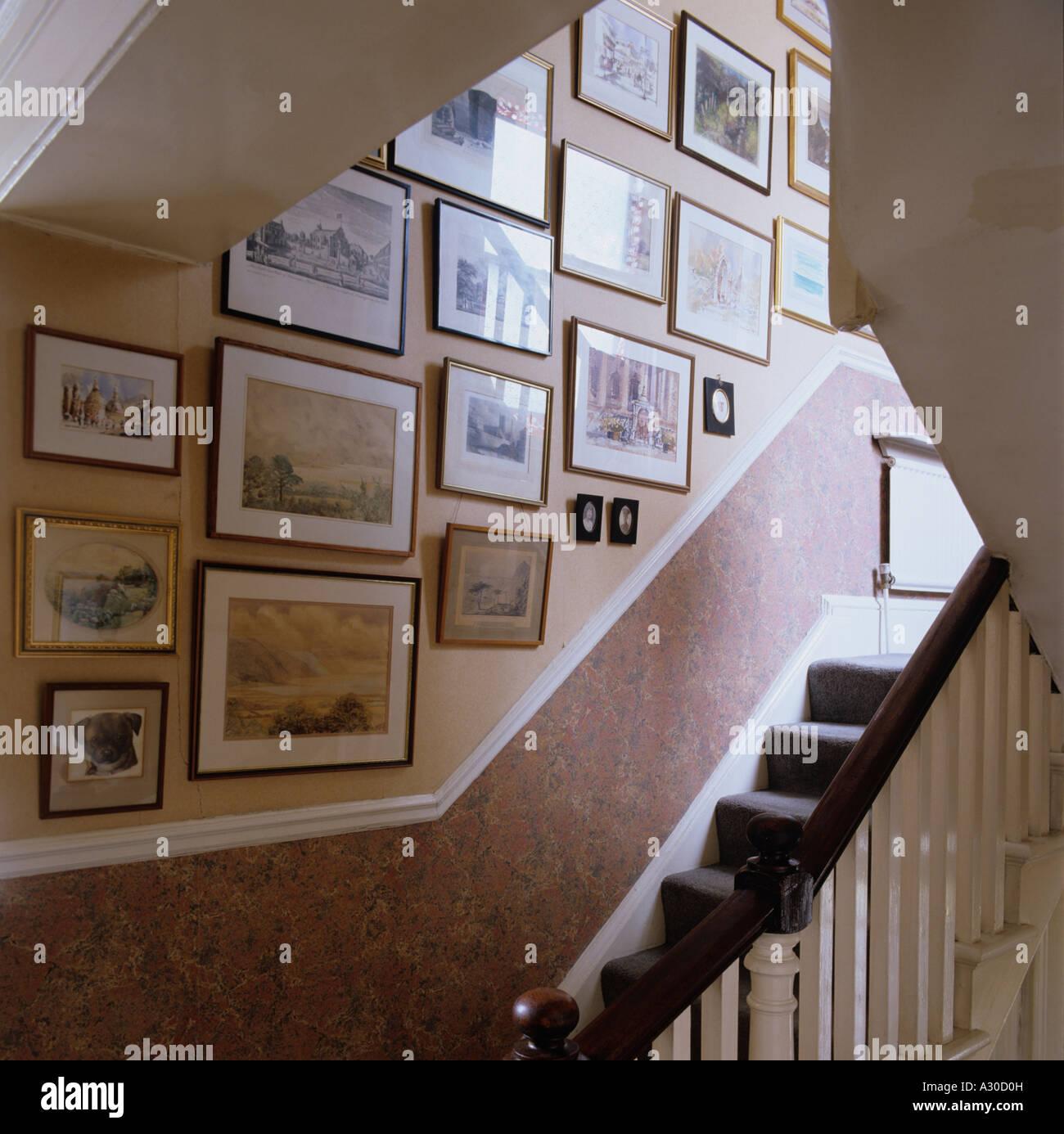 Treppe und Wand von Bildern und Grafiken Stockbild