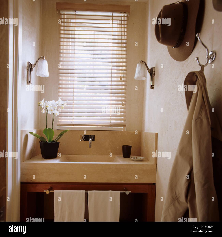 Blick auf Kalkstein Waschbecken in einer Garderobe ein zeitgemäßes Interieur in London Stockbild