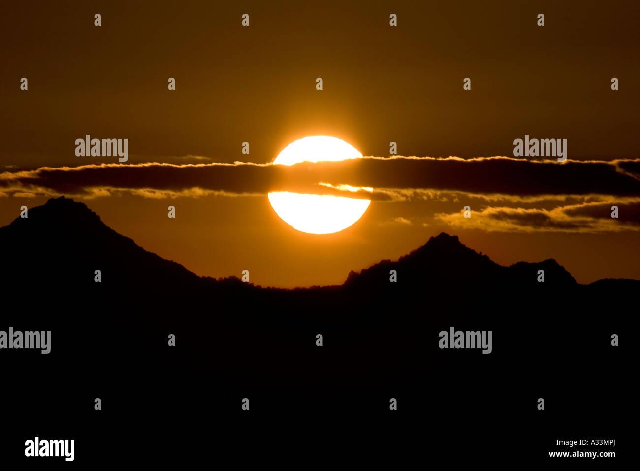 Die Sonne geht über die Sutter Buttes, Sacramento Valley, Nord-Kalifornien. Stockbild