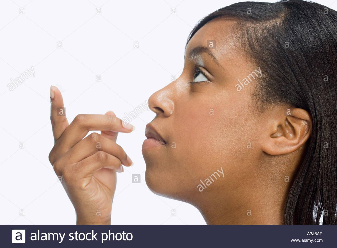 Frau halten Kontaktlinsen Stockbild