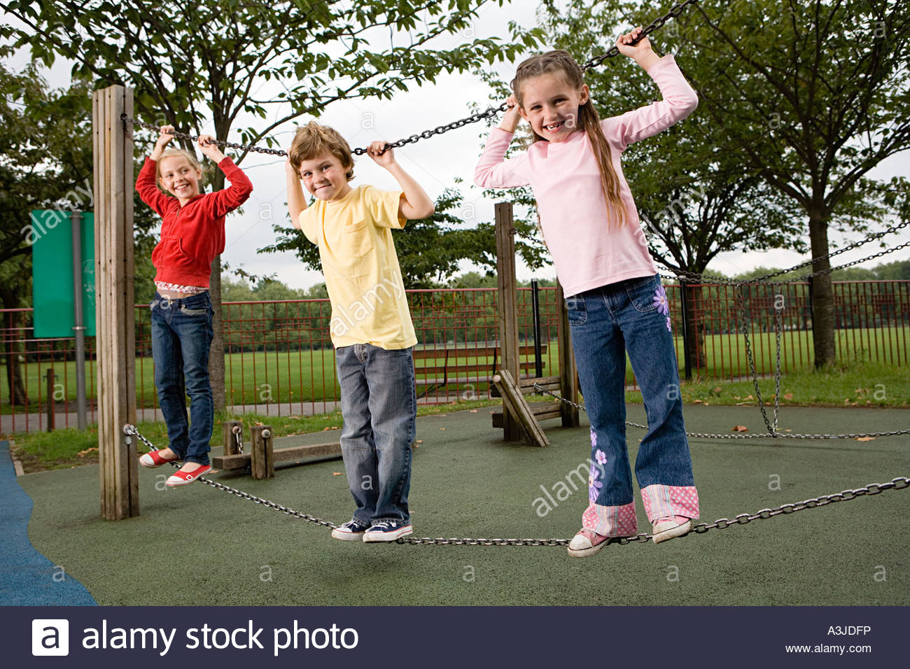 Kinder an einer Kette Stockbild
