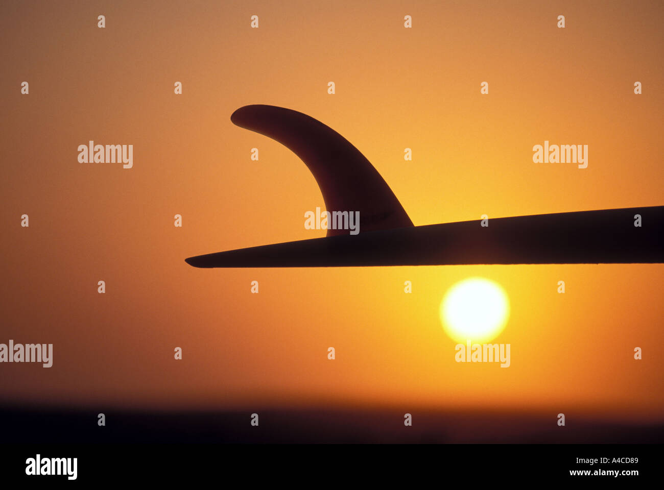 Surfbrett gesehen im Sonnenuntergang Kalifornien USA Stockbild