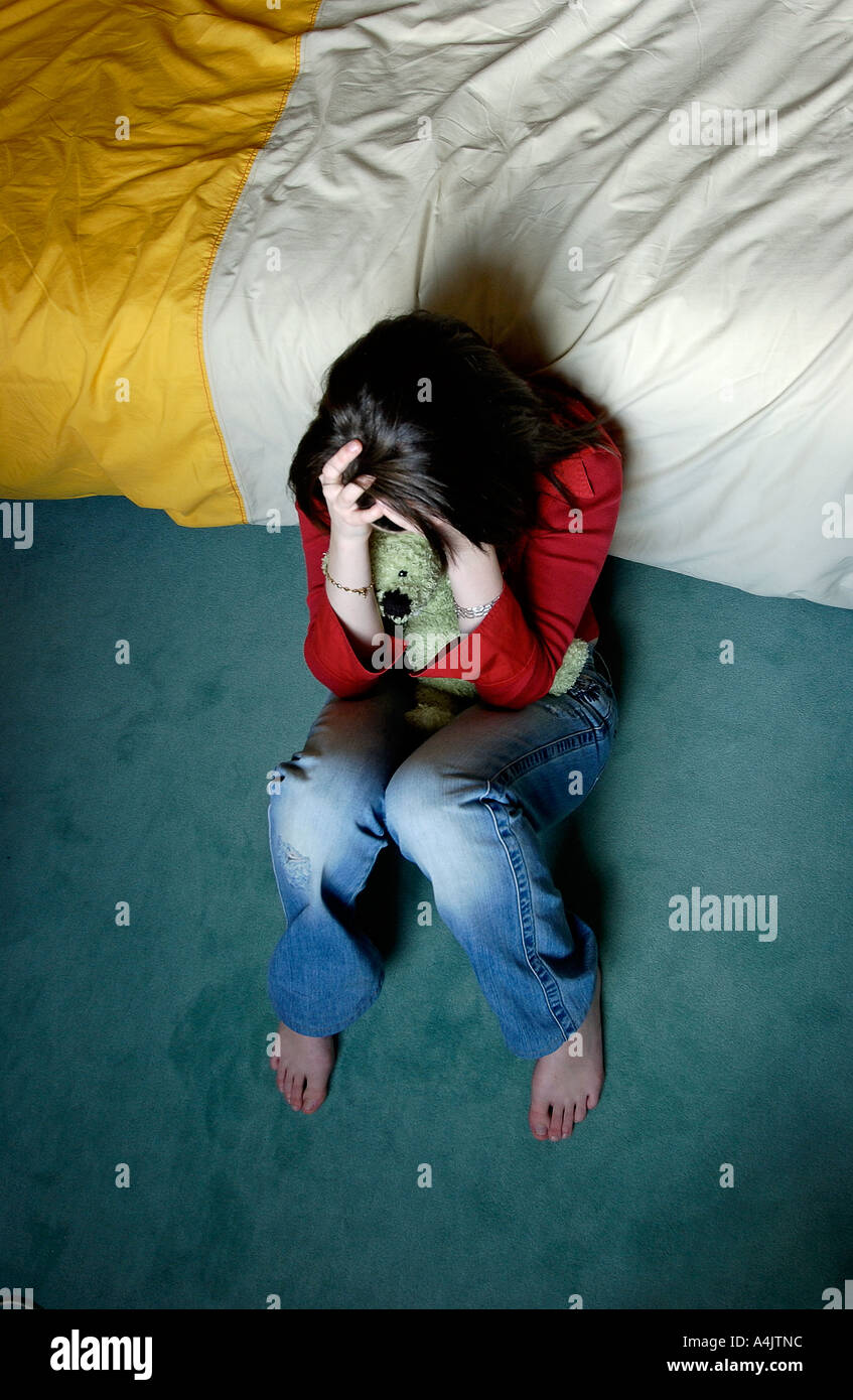 Verärgert Teenager Mädchen In Ihrem Schlafzimmer