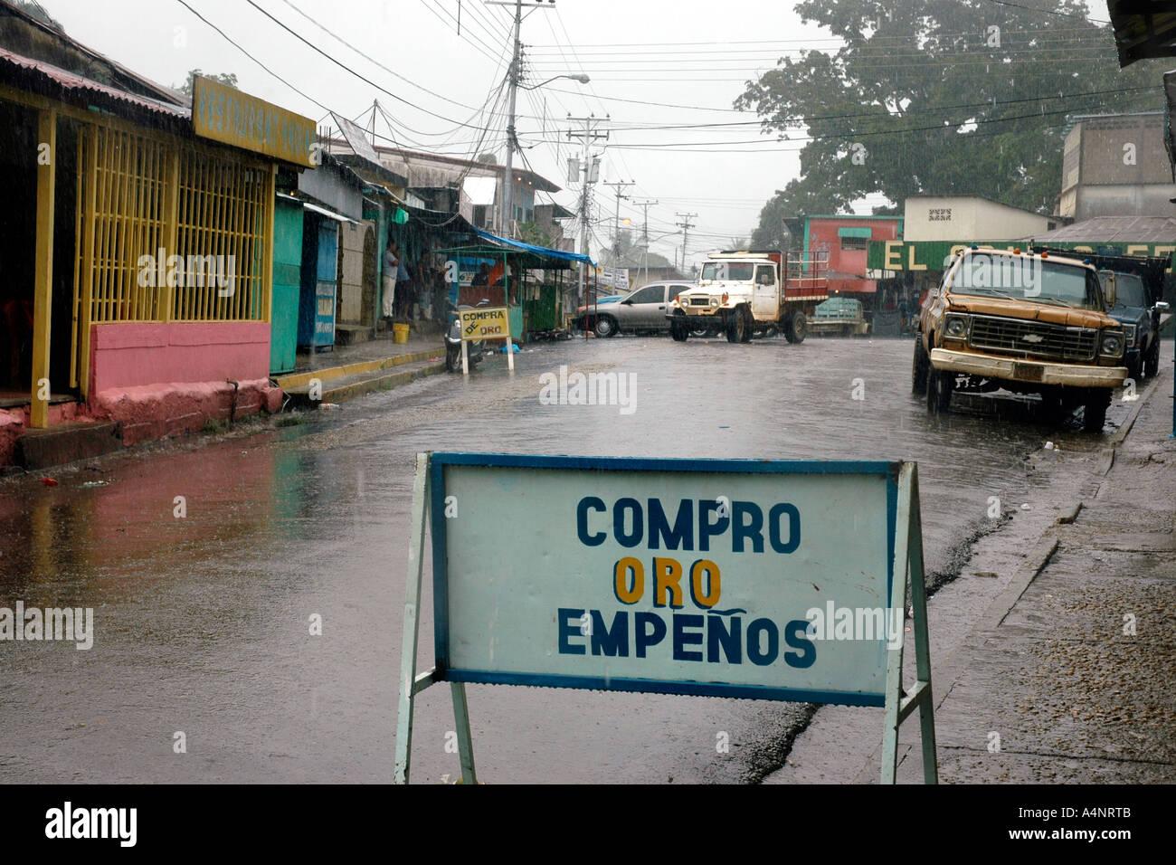 Oro ist Gold, El Dorado ein legendärer Name--in Venezuela eine Bergbaustadt mit einem Gefängnis über Stockbild