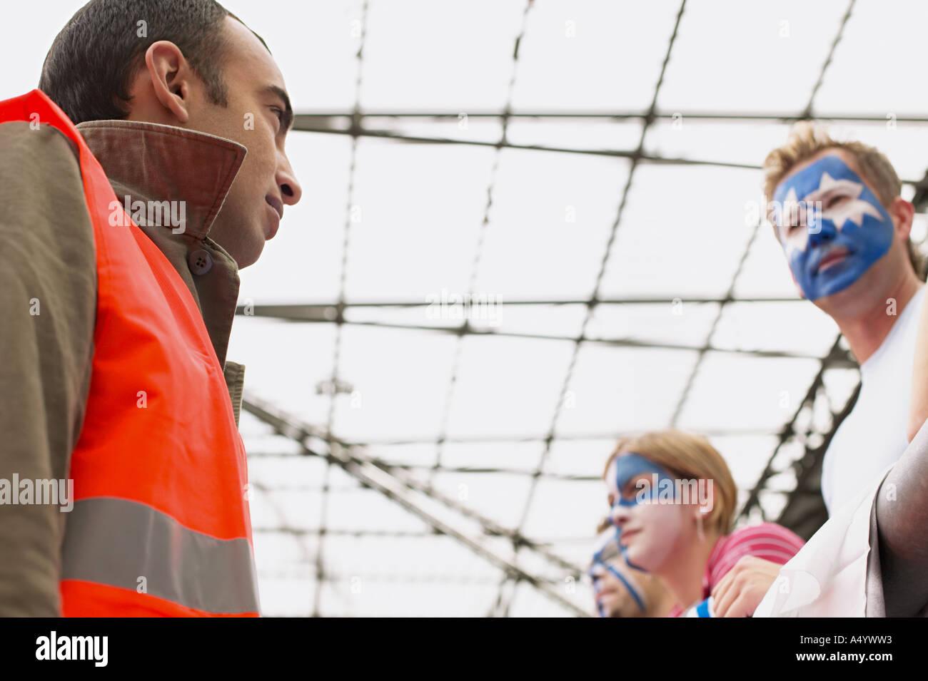 Steward beobachten Fußballfans Stockbild