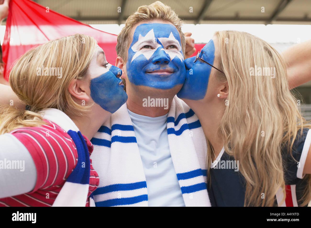 Fußballer-Unterstützer küssen Stockbild