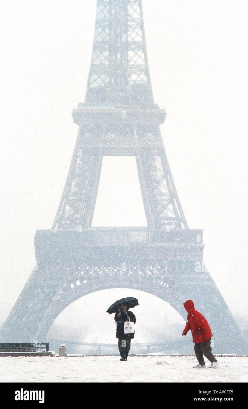 """Touristen Flanieren im Winter, PARIS Frankreich, """"Eiffelturm"""" Blick vom Trocadero in Schnee Sturm Kind kalt Stockfoto"""
