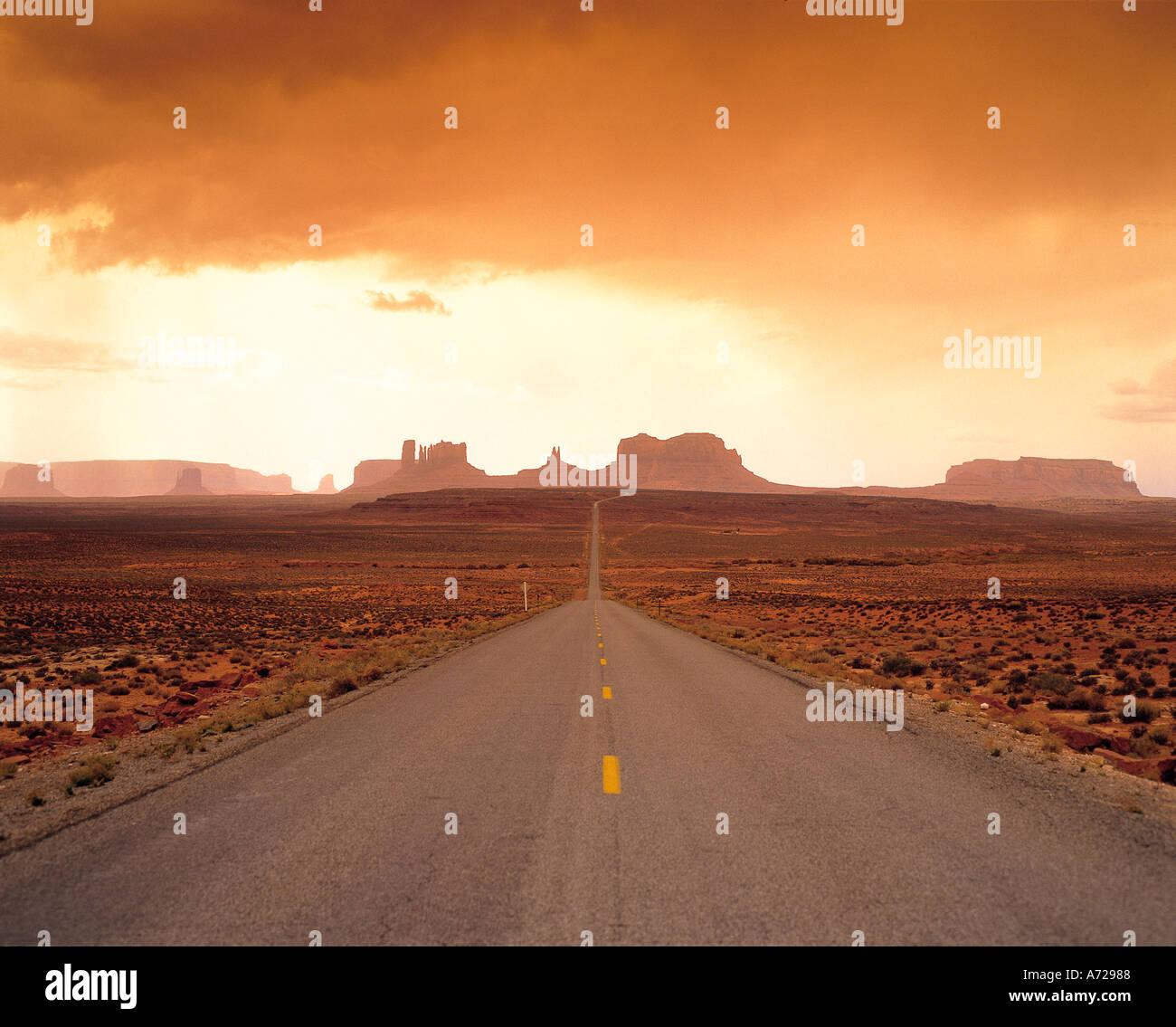 Straße im Monument Valley und Interstate 163 in Arizona Stockbild