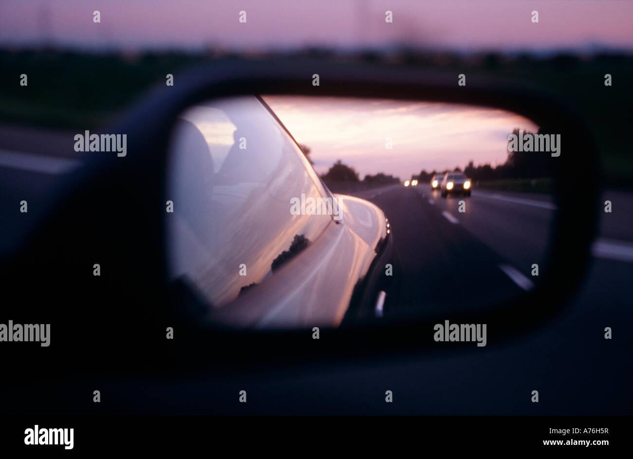 Aston Martin DB7 Vantage über Außenspiegel und getrieben mit Geschwindigkeit entlang einer Autobahn Stockbild