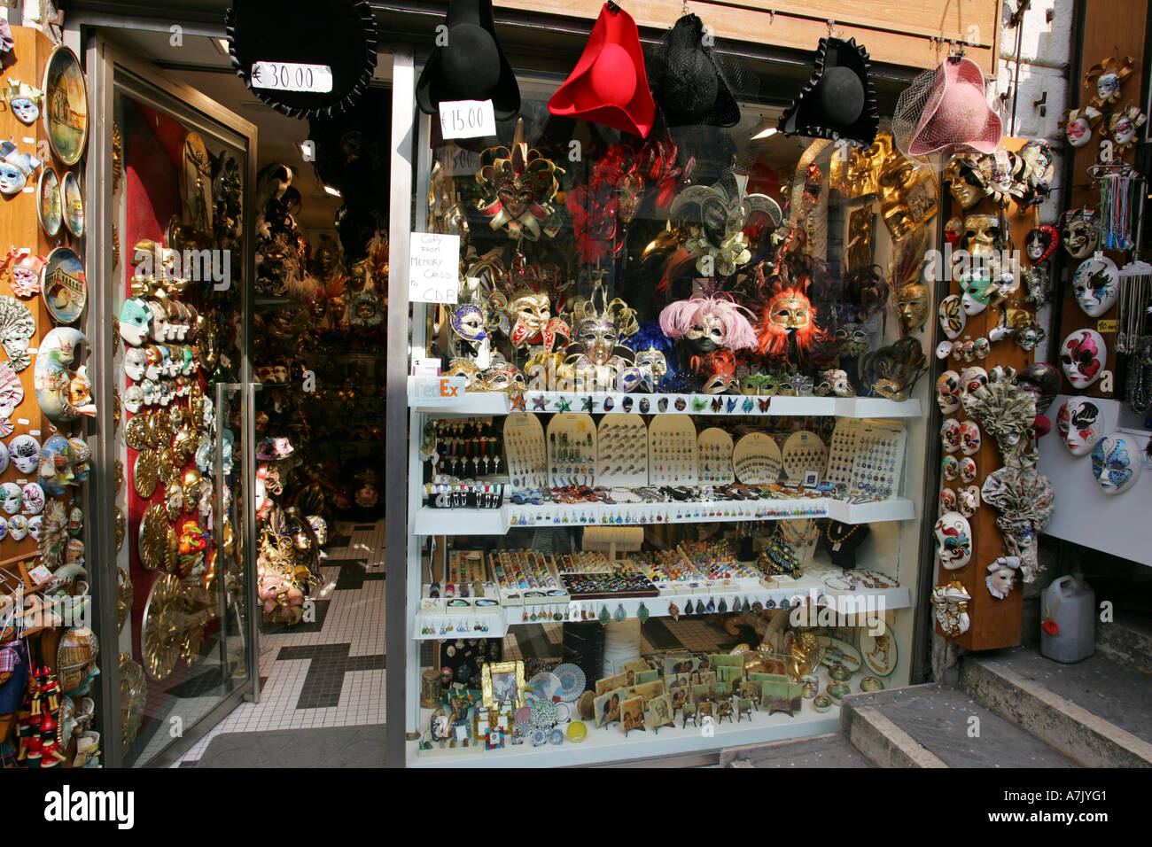leuchtend bunte venedig tourist souvenir shop in der n he von rialto br cke bedeckt carnivale. Black Bedroom Furniture Sets. Home Design Ideas