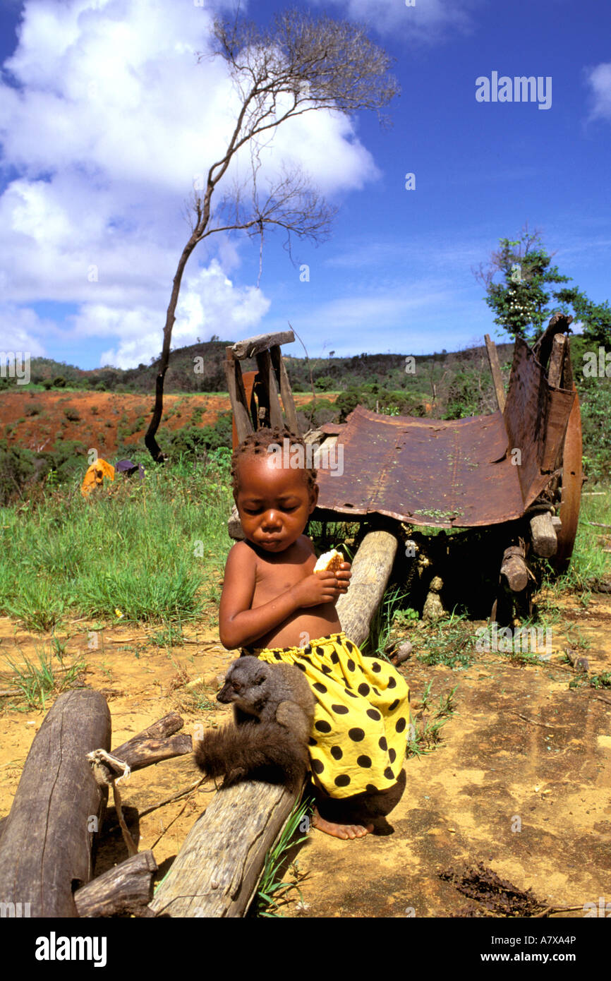 Afrika, Madagaskar, Ambilobe. Kleiner Junge hat Sanford braune Lemur als Haustier (Eulemur Fulvus Sandfordi) Stockbild