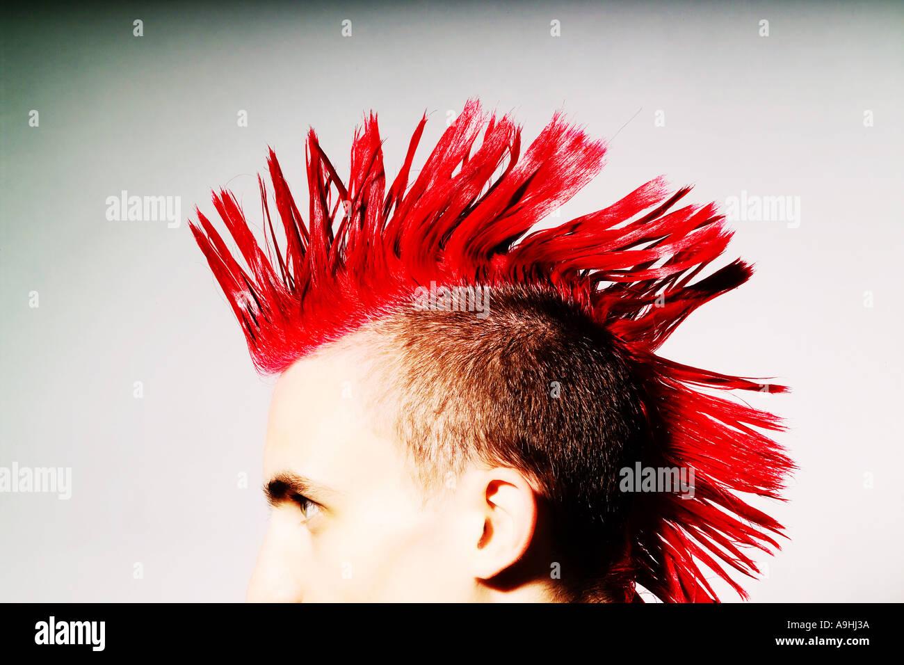 Seitenansicht des Punk-Rocker mit roten Irokesenschnitt Stockfoto
