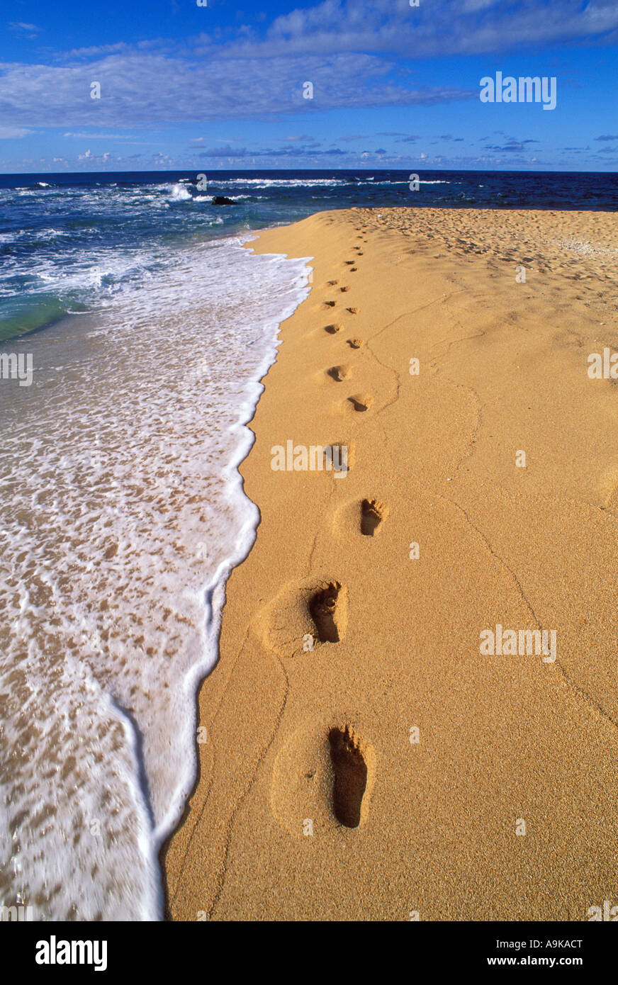 Abendlicht am Fußspuren im Sand entlang der Brandung am Tunnel Beach North Shore Insel Kauai Hawaii Stockbild