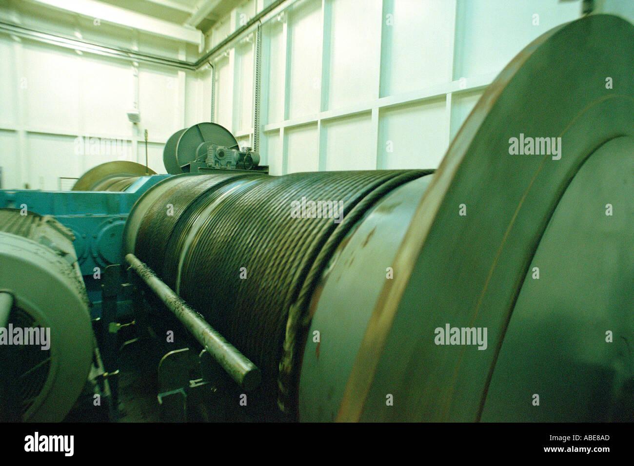 Wicklung der Trommel mit Spiralkabel in einem Maschinenraum Stockbild