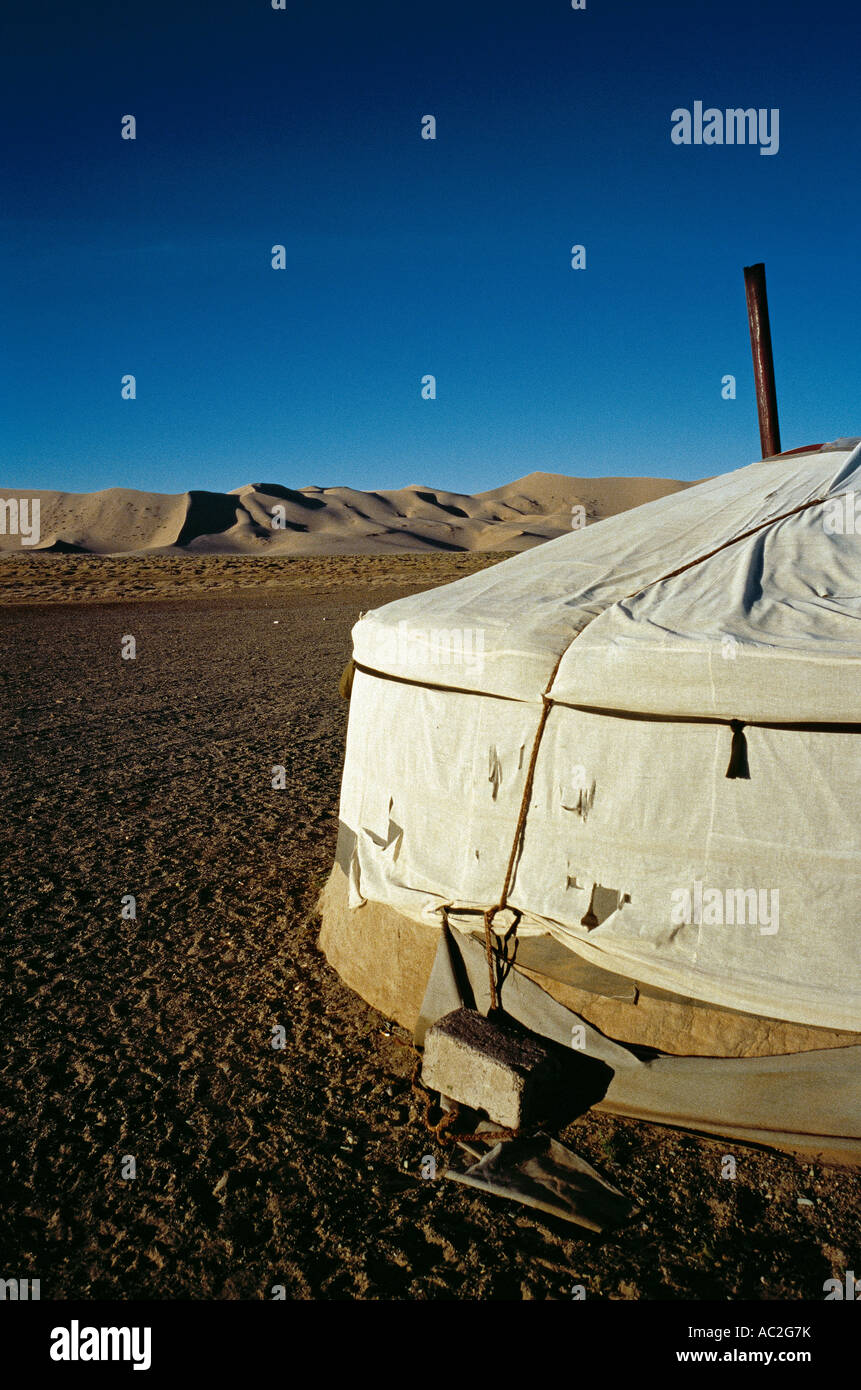 Mongolische Ger an den Dünen des Khongoryn Els in der Wüste Gobi in der äußeren Mongolei. Stockfoto