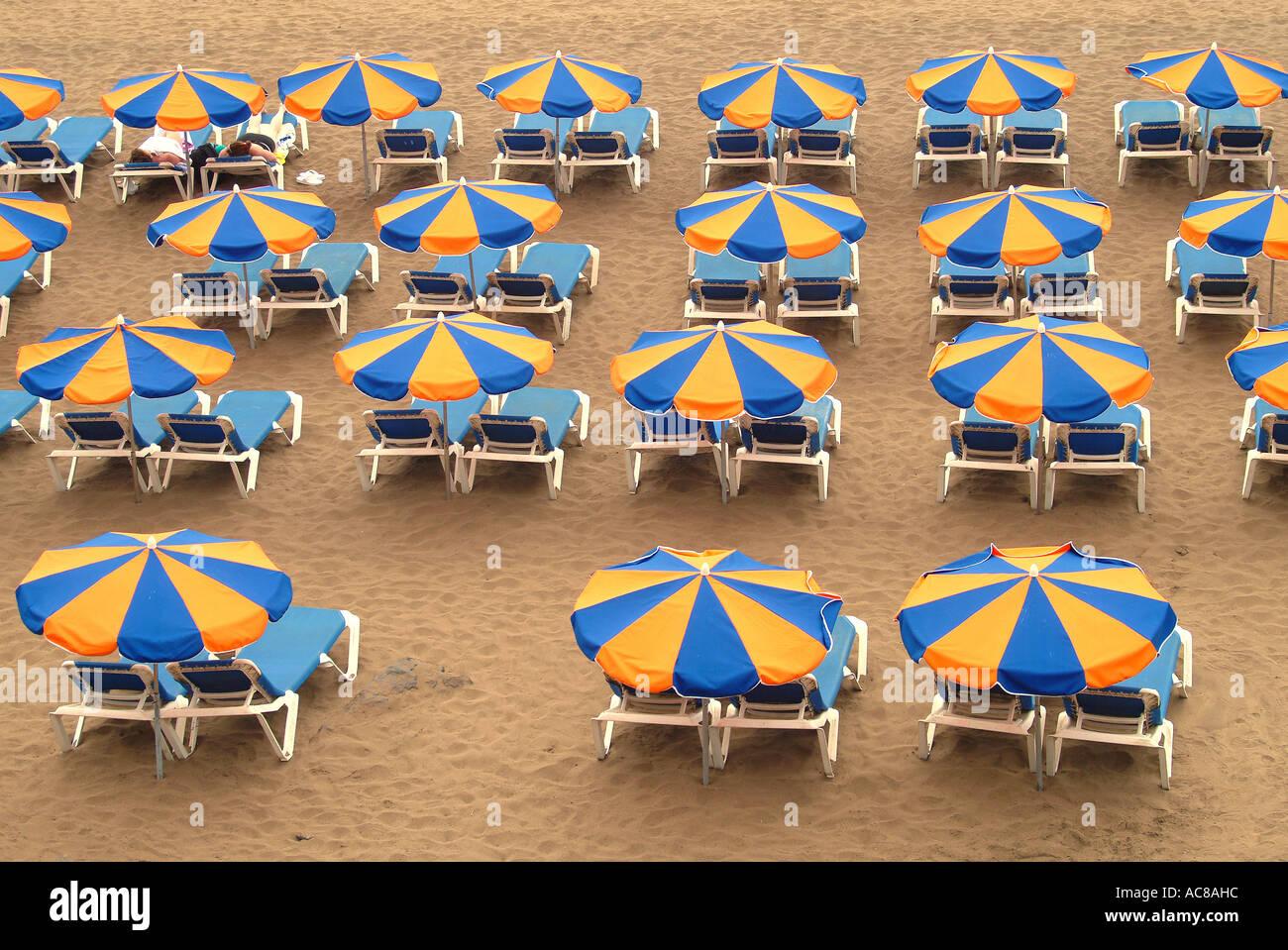 Strand mit Sonne Bildschirme Kanaren Sonnenschirme Strand Kanarische Inseln Stockbild