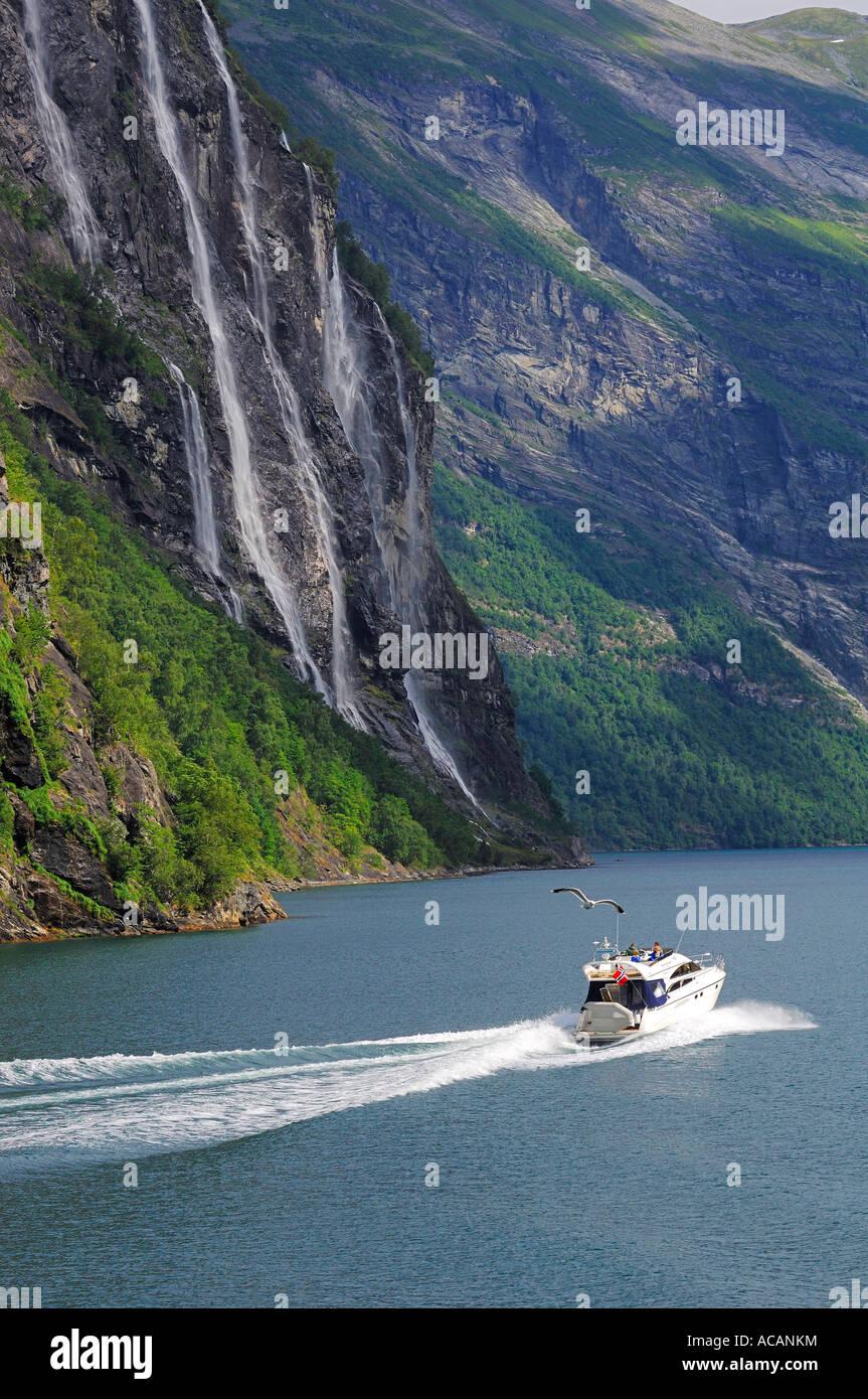 Motoryacht vor Wasserfall: die sieben Schwestern, Hellesylt, Geiranger Fjord, mehr Og Romsdal, Norwegen Stockbild