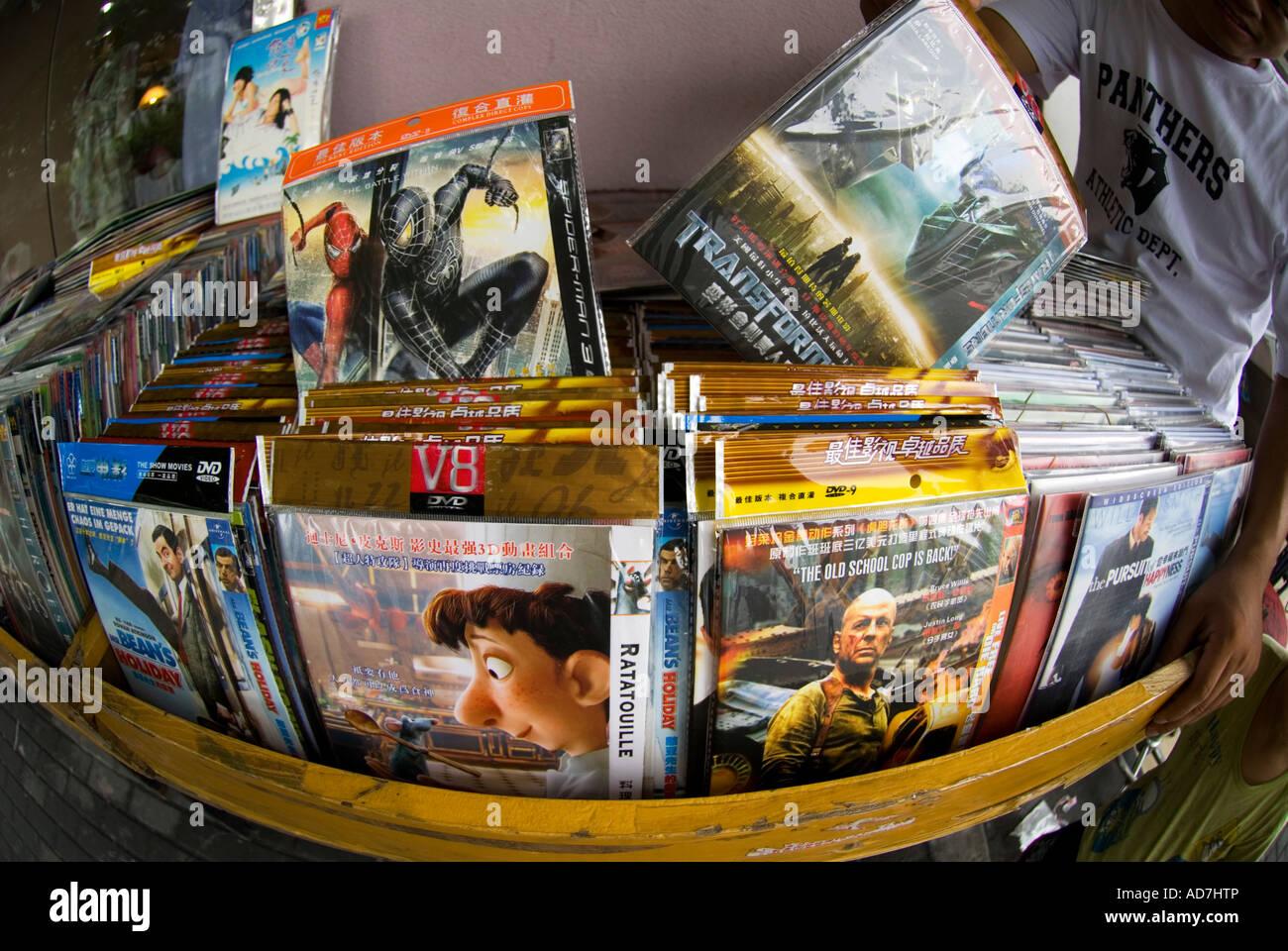 Gefälschte DVDs zum Verkauf auf einem Stand am Shanghai Street 2007 Stockbild