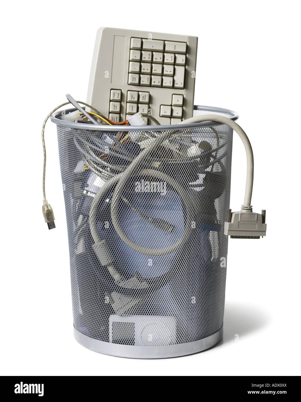 Papierkorb mit Tastatur und Computer Kabel Stockbild