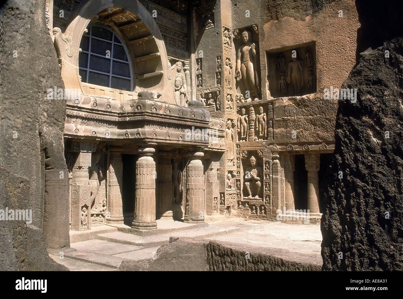 Ajanta Höhle 9: Chaitya Fassade mit aufdringlichen Buddhastatuen. Aurangabad, Indien Stockbild