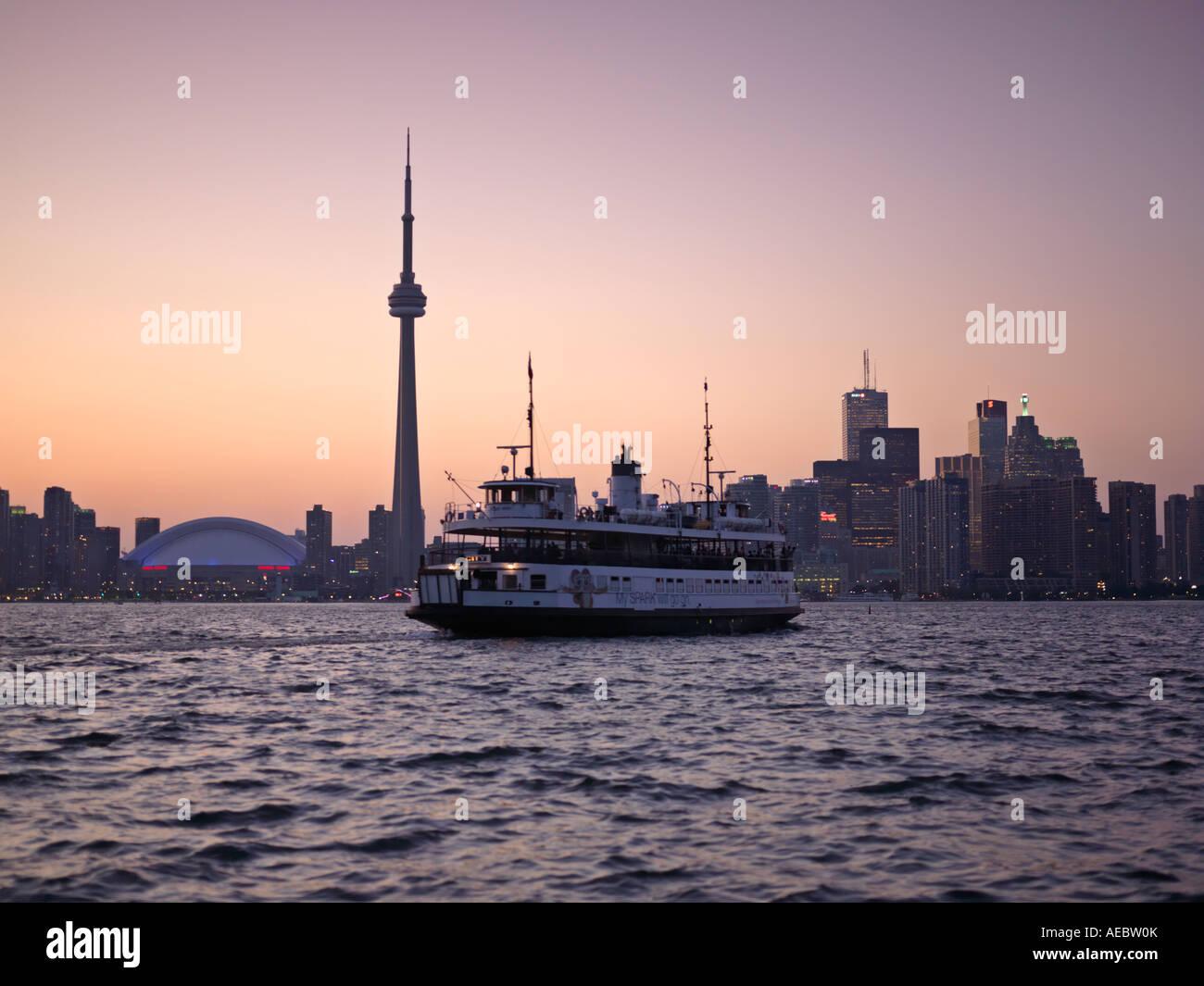 Kanada Ontario Toronto Toronto Islands ferry in Richtung der Stadtzentrums in der Abenddämmerung Stockbild