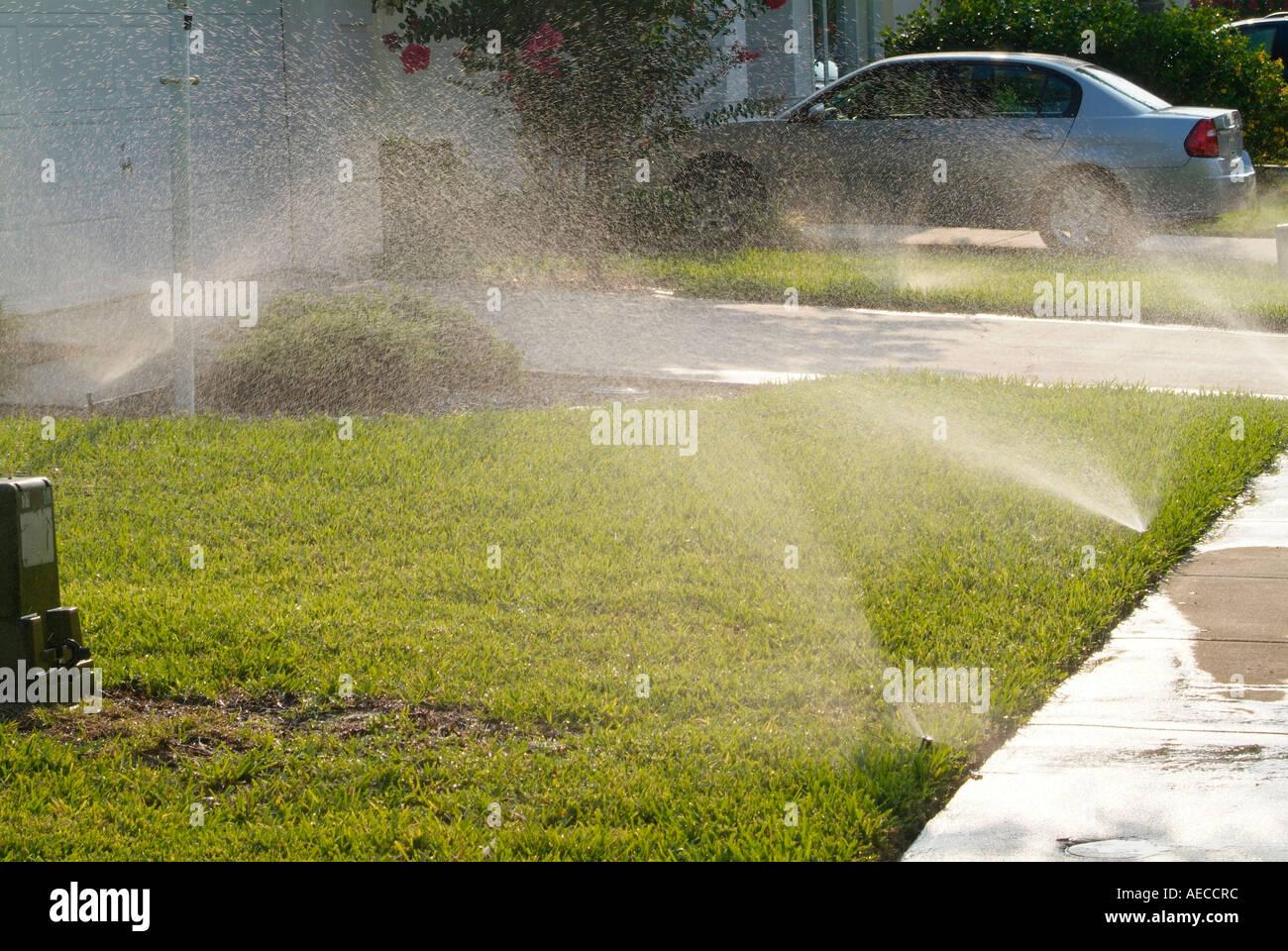 Sprinkler sprühen Bewässerung Wasser H2O Stockbild