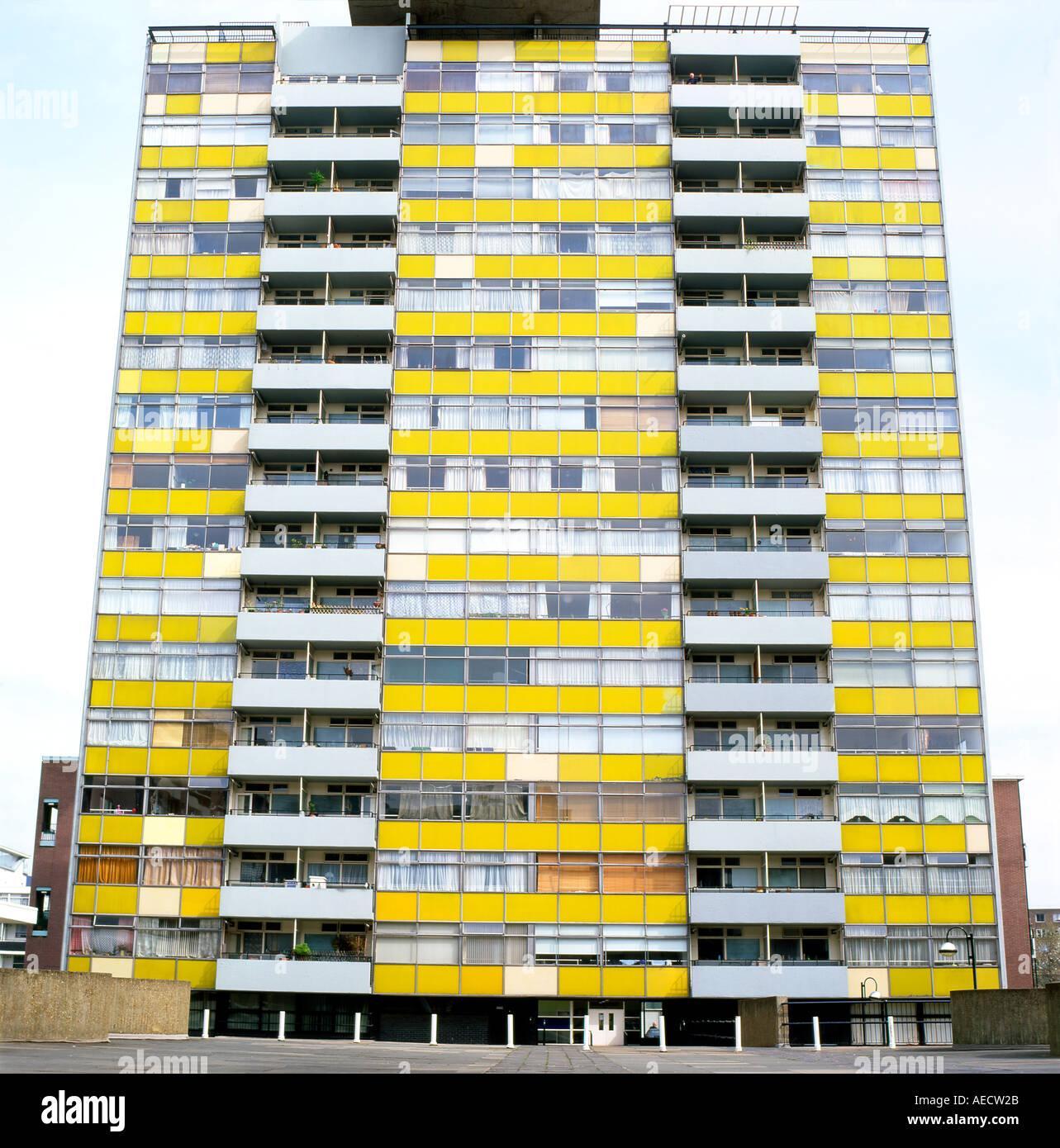 Außenansicht des großen Arthur House Apartment auf der Golden Lane Estate vor der Restaurierung der Fassade Stadt Stockfoto