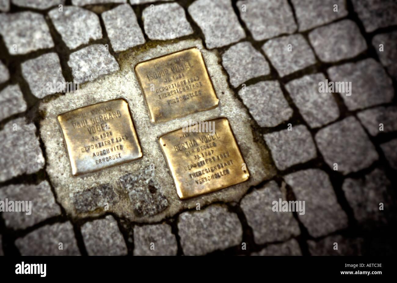 Holocaust-Gedenktafeln für jüdische Opfer der Nazis in die Fahrbahn in Hackescher Markt, Berlin, Deutschland Stockbild