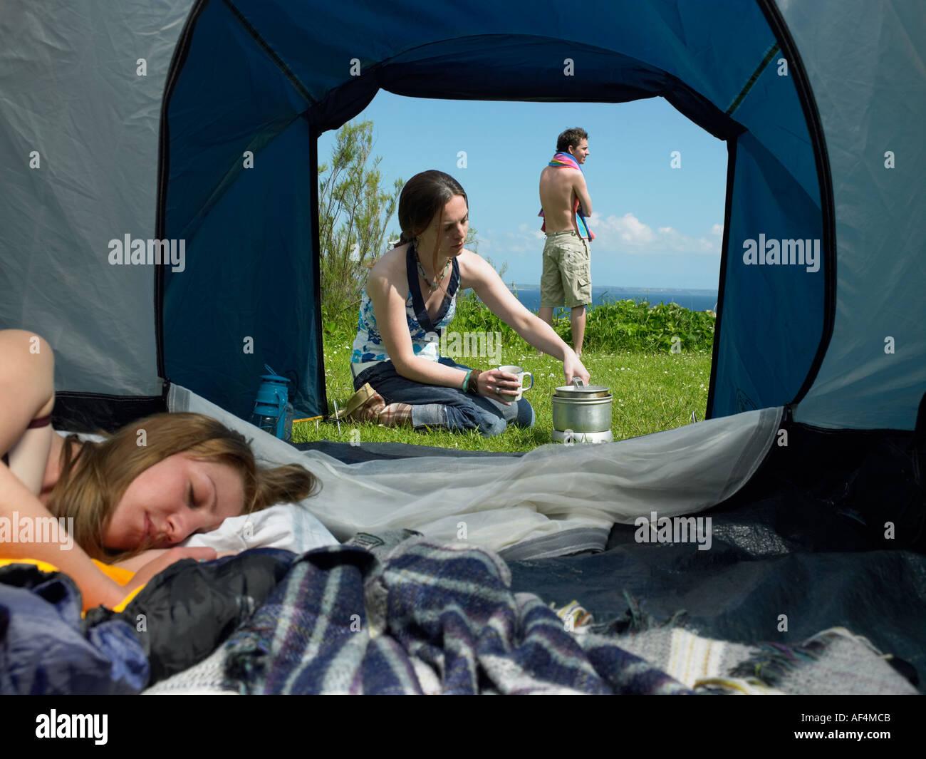 Blick durchs Zelt mit jungen weiblichen Inneren zu öffnen, während ein anderes mit einem jungen männlichen Stockbild