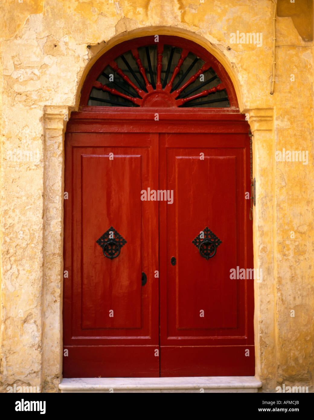 MT - MDINA: Rote Tür in der historischen Altstadt Stockbild