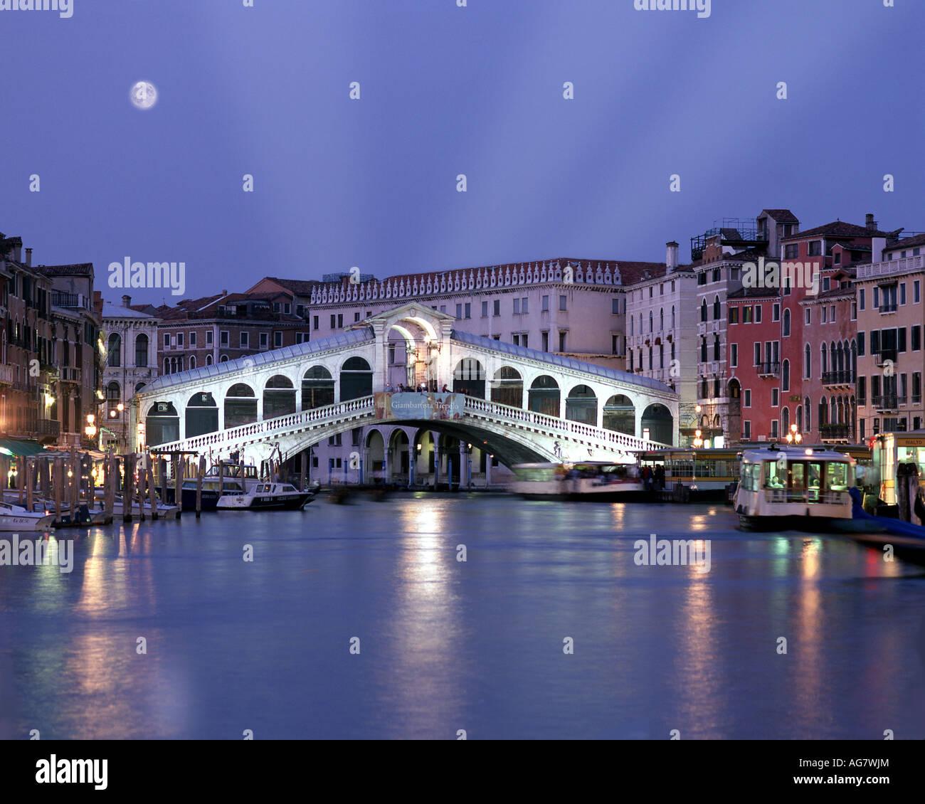 IT - Venedig: Rialto-Brücke bei Nacht Stockbild
