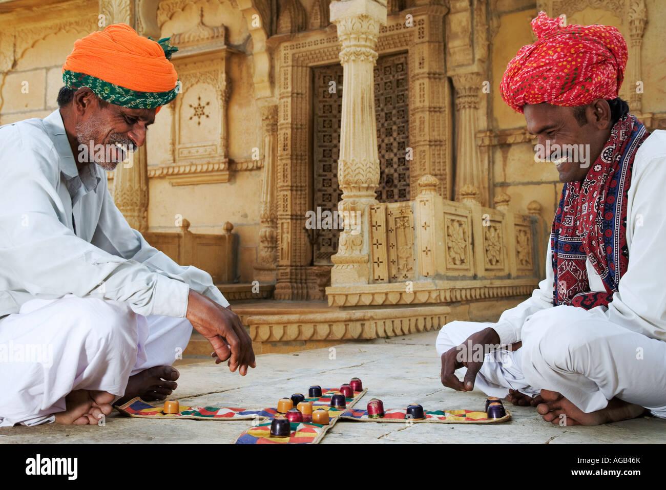 Zwei Männer spielen traditionelle Hindu Spiel Chopar vor dem Shiva-Tempel am See Gadisar Stockfoto