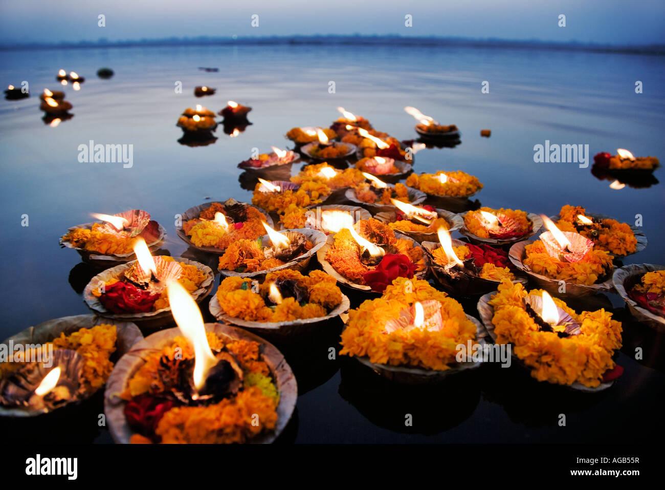Deepak in den Ganges der Deepak oder Öllampen sind als Opfergabe an den Ganges Fluss Varanasi Indien verwendet. Stockfoto