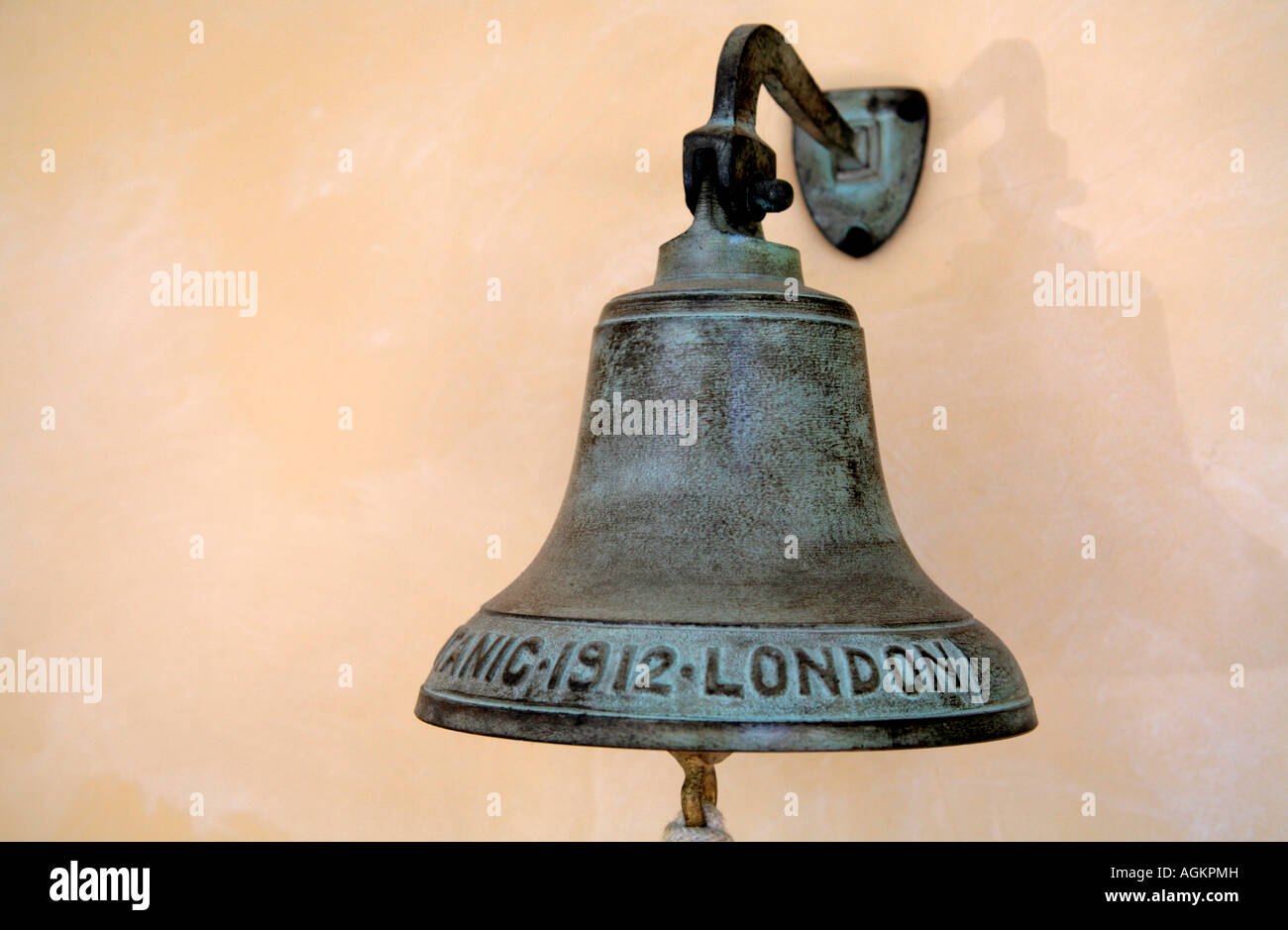 Bronzeglocke mit den Worten Titanic London 1912 Stockbild