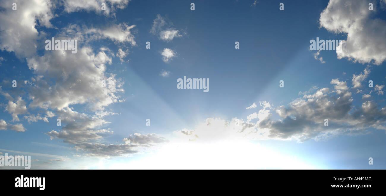 Sonnenstrahlen auf ein strahlend blauer Himmel mit Wolken, Schweden Stockbild