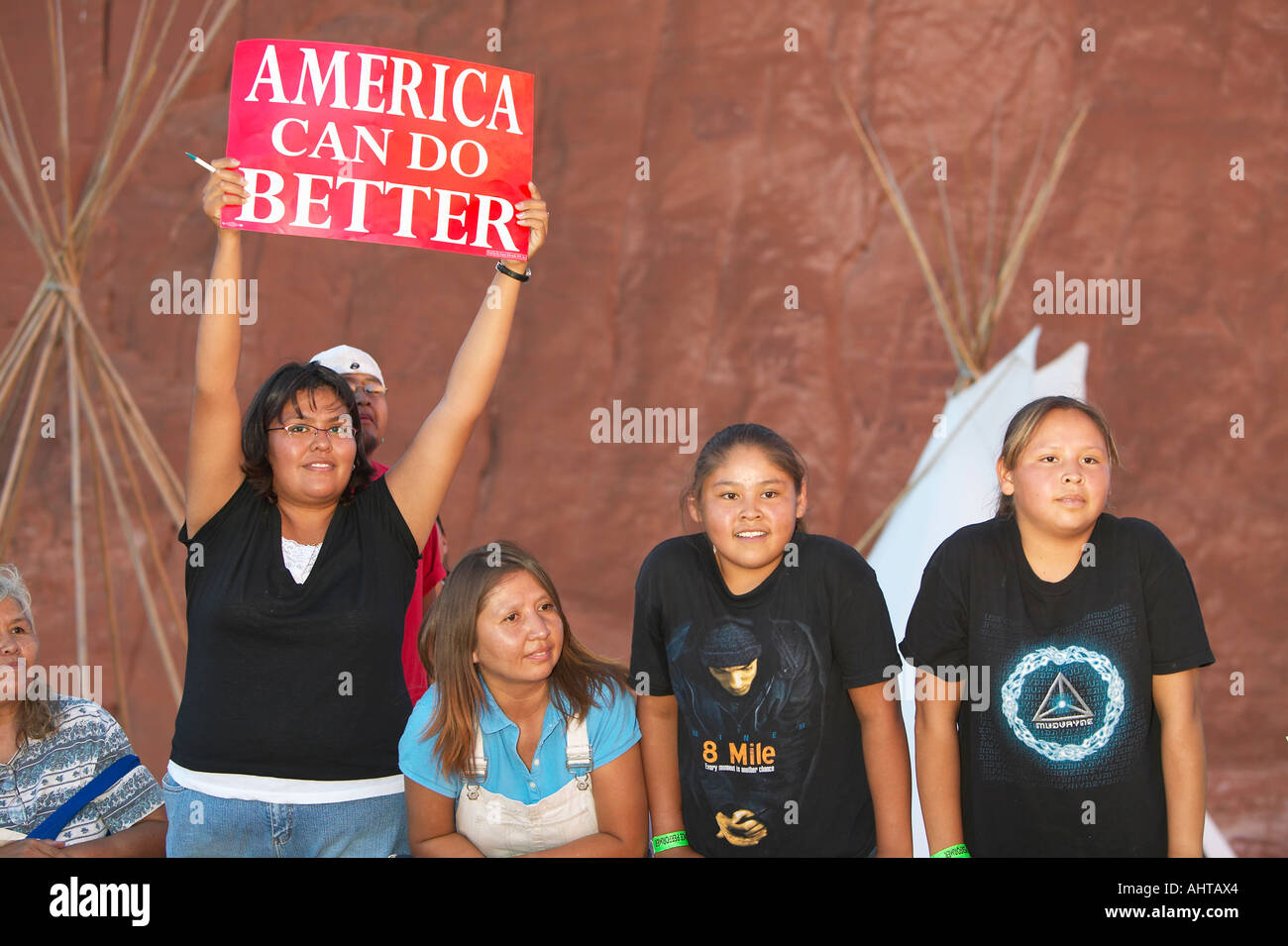 Indianische Kinder halten Präsidentenkampagne unterzeichnen Red Rock State Park Gallup NM Stockbild