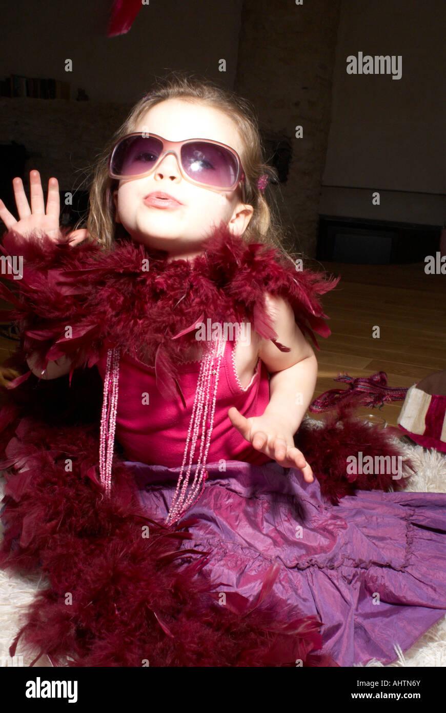 Mädchen (2-4) gekleidet für Party, benimmt sich wie eine Diva ...