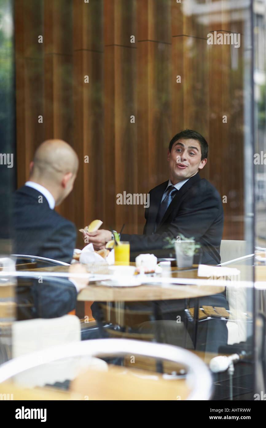 Zwei Geschäftsleute in einem restaurant Stockbild