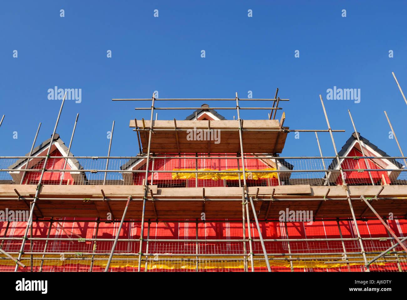 Neue Umwelt freundlich Wohngebäude zeigt das rosa Hohlraum Isolationsmaterial für den Bau verwendet. Stockfoto