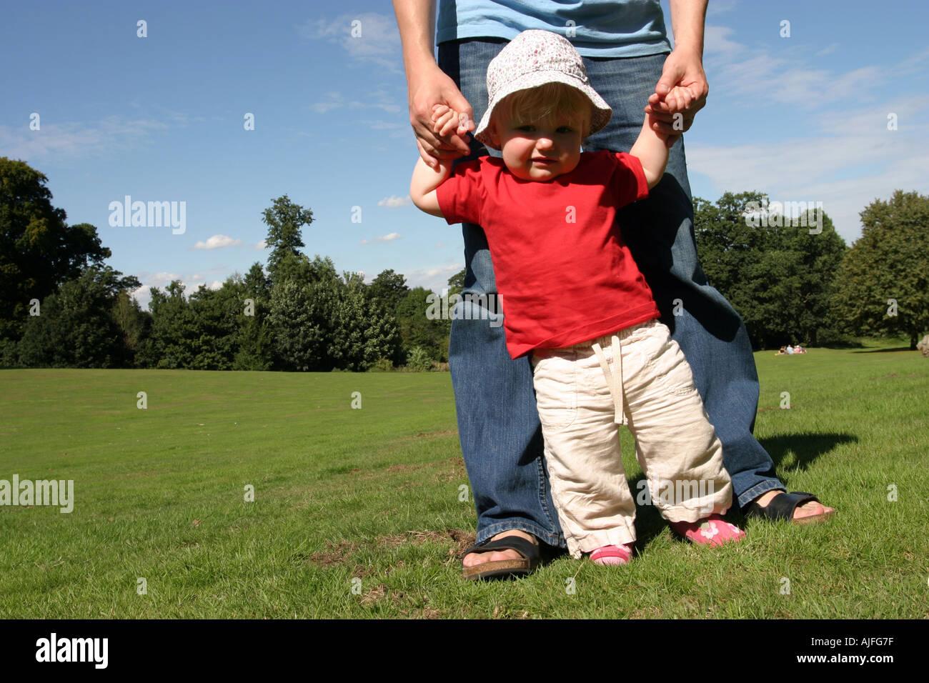 Kleinkind laufen lernen Stockfoto