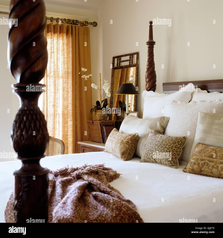 Schlafzimmereinrichtungen Bett mit geschnitzten Bett Poster, Kissen und werfen Stockbild
