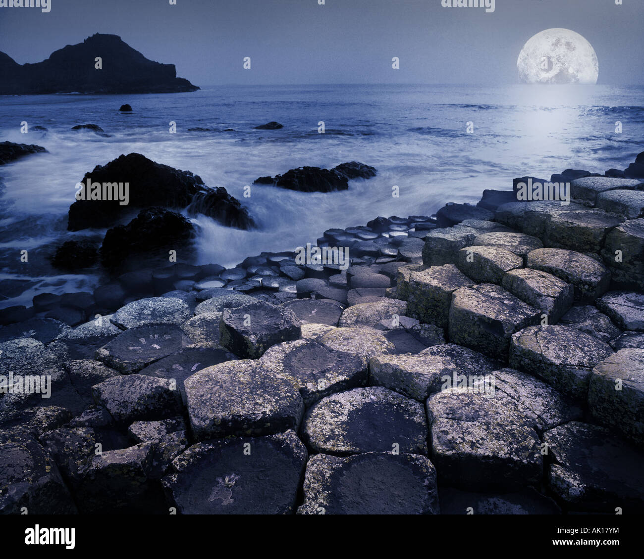 GB - Nordirland: Mond am Giant's Causeway Stockbild