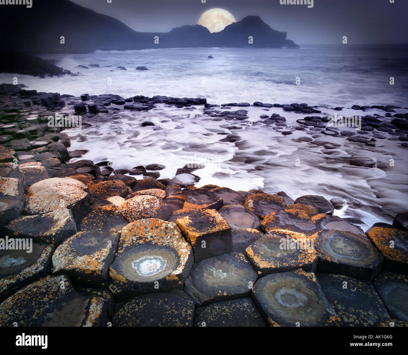 GB - Nordirland: Mond über Giant es Causeway Stockbild