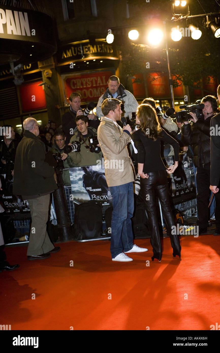 Beo Wulf - europäischer Film Premiere London Leicester Sqaure, Darsteller Angelina Jolie mit Kaugummi auf ihren Stockbild