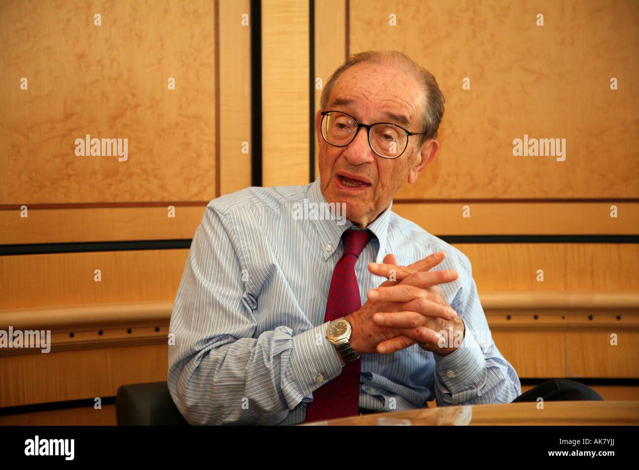 Alan Greenspan in seinem Büro in Washington, D.C. Stockbild